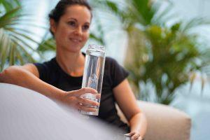 Lotos Flower Edelsteinwasser Trinkwasserflasche mit Heilstein Rosegold, Edelstahl, Silber, Rosenquarz, Bergkristall, Blume des Lebens, Liebe, Mantra, Flasche entspannt im Sitzen, vitajuwel