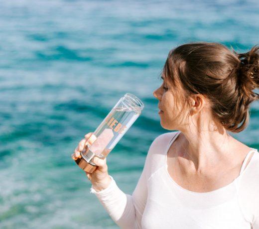Wasserbelebung durch Edelsteinwasser hübsche Frau trinkt